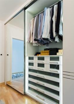 choosing_extras_hoek_modular_homes_mirrored_wardrobe.jpg